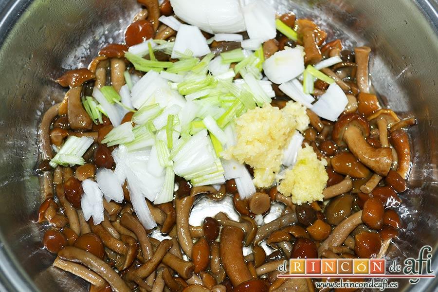 Entrecots a la pizzaiola con setas, pimientos y cebolla, añadir la cebolleta picada y los ajos prensados