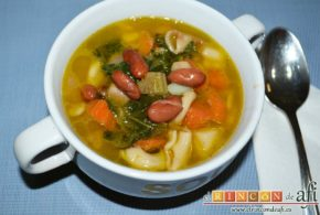 Potaje de verduras con alubias rojas y conchas