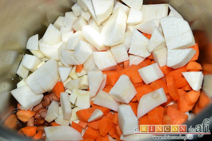 Potaje de verduras con alubias rojas y conchas, añadir las verduras troceadas