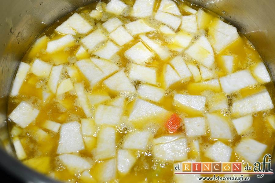 Potaje de verduras con alubias rojas y conchas, añadir la pastilla de caldo y agua