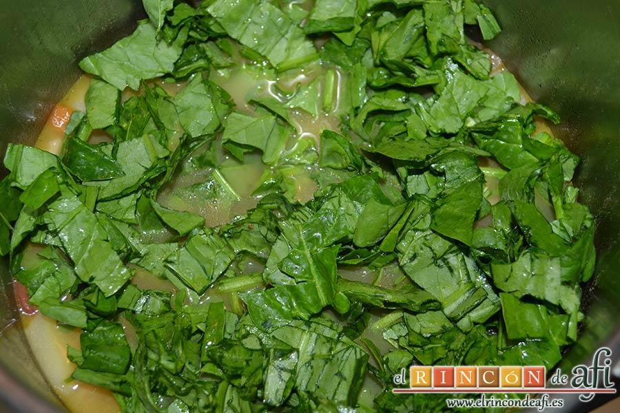 Potaje de verduras con alubias rojas y conchas, añadir las espinacas troceadas