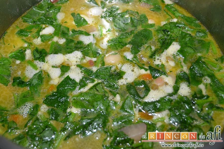 Potaje de verduras con alubias rojas y conchas, dejar cocer 7 minutos más con la olla destapada