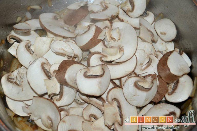 Tacos de solomillo de cerdo con salsa de champiñones Portobello, agregarlos al caldero