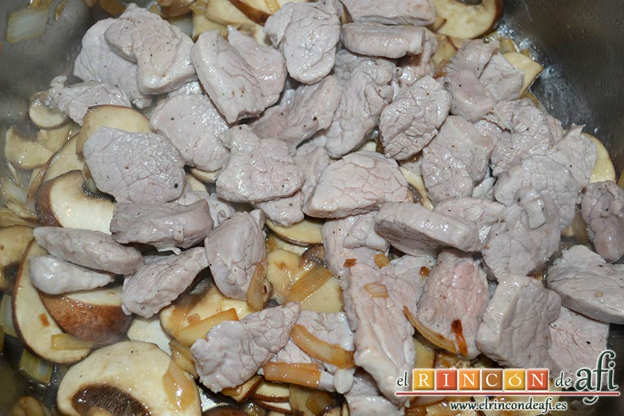 Tacos de solomillo de cerdo con salsa de champiñones Portobello, agregar el solomillo
