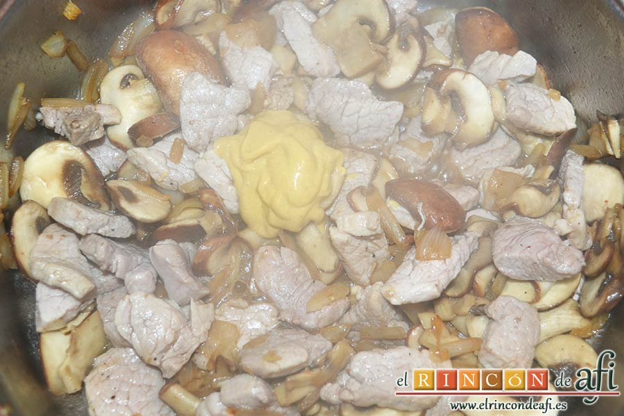 Tacos de solomillo de cerdo con salsa de champiñones Portobello, añadir la mostaza de Dijon