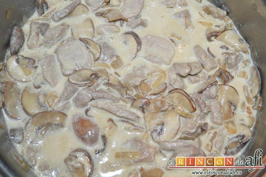 Tacos de solomillo de cerdo con salsa de champiñones Portobello, dejar cocer a fuego moderado