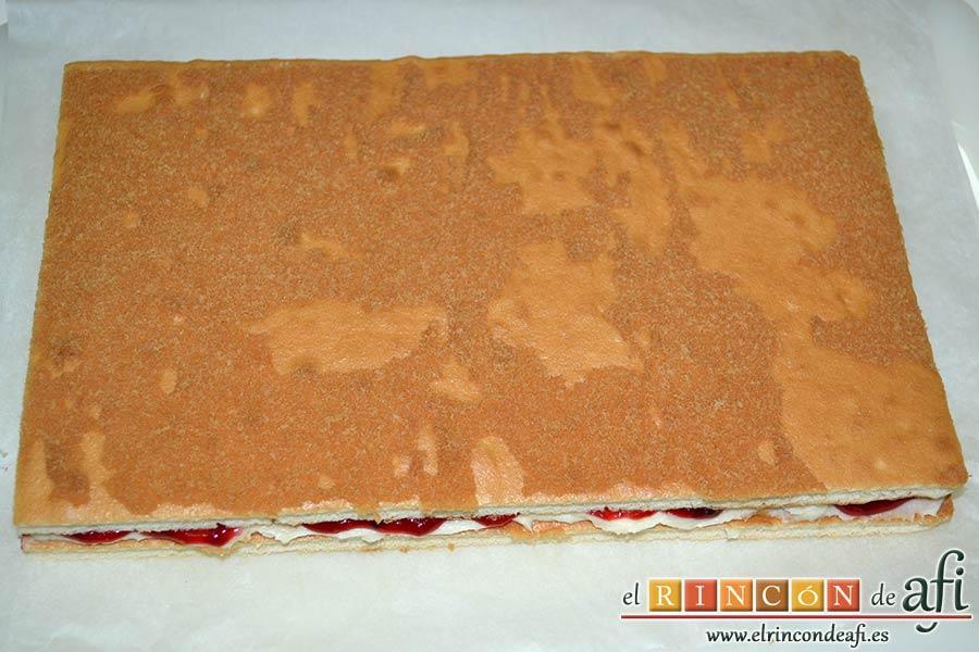 Tarta de queso mascarpone con mermelada de fresas casera, cubrir con el otro bizcocho