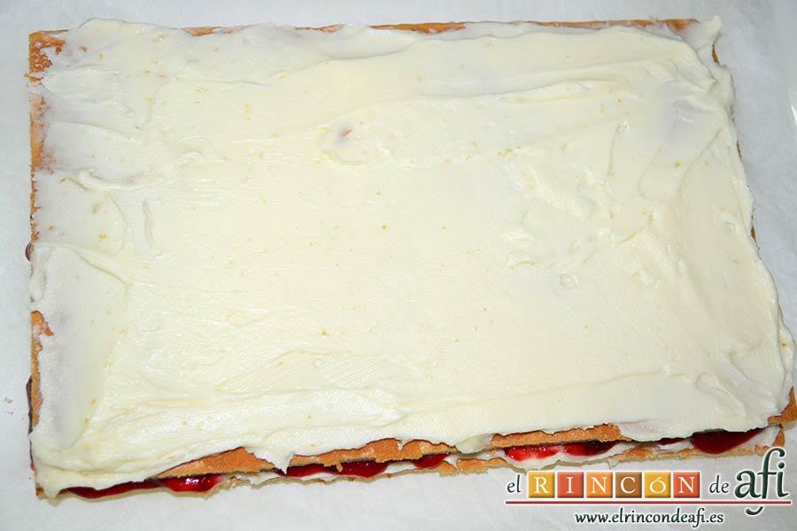 Tarta de queso mascarpone con mermelada de fresas casera, extender una segunda capa de mascarpone