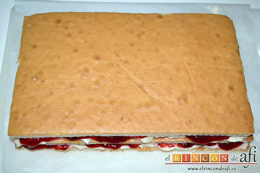 Tarta de queso mascarpone con mermelada de fresas casera, añadir la otra capa de bizcocho