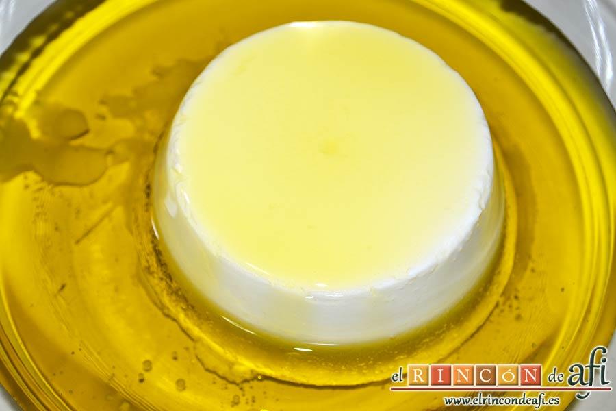 Bizcocho de limón y queso Ricotta con semillas de amapola, escurrir el queso Ricotta, ponerlo en un bol y verter el aceite de oliva