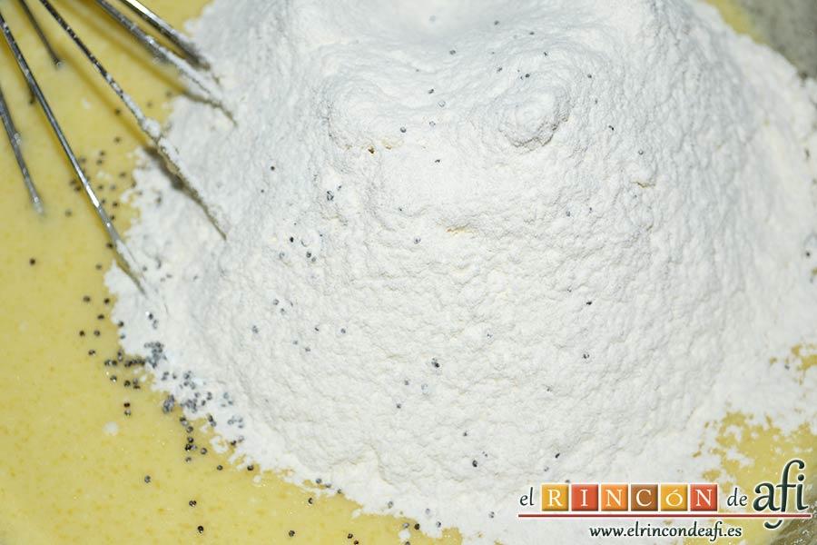 Bizcocho de limón y queso Ricotta con semillas de amapola, mezclar en otro bol la harina tamizada, la levadura, la sal, el bicarbonato y las semillas de amapola, y añadir a la otra mezcla