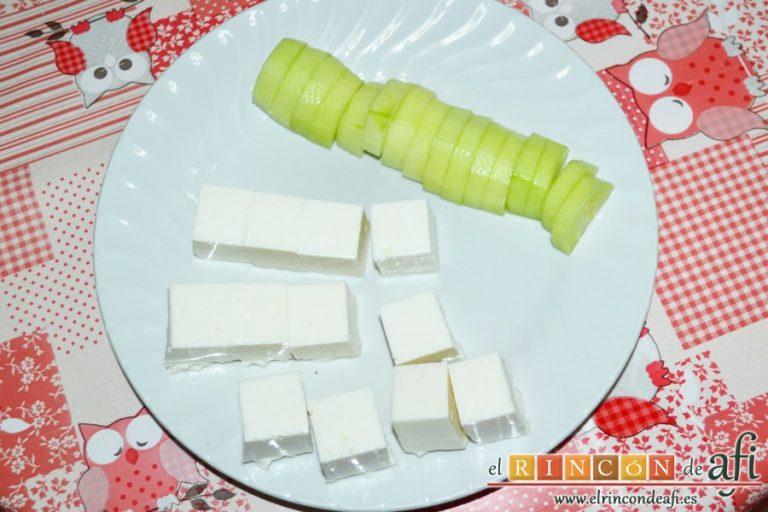 Brochetas de sandía, queso y pepino, cortarlo en taquitos