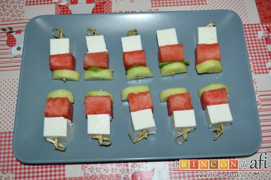 Brochetas de sandía, queso y pepino, montar las brochetas