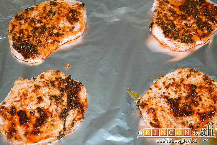 Chuletas de Sajonia a la madrileña, precalentar el horno, cubrir una bandeja de horno con papel de aluminio y poner ahí las chuletas