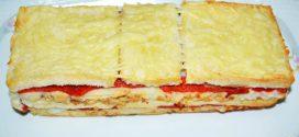 Croque cake de bonito, puré de papas y pimientos con aceitunas