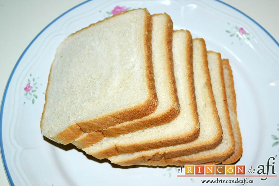 Croque cake de bonito, puré de papas y pimientos con aceitunas, preparar las rebanadas de pan de molde