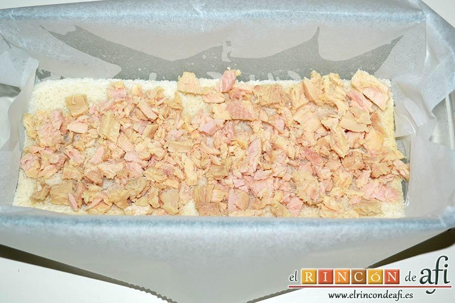 Croque cake de bonito, puré de papas y pimientos con aceitunas, extender bonito desmigado sobre el pan de molde