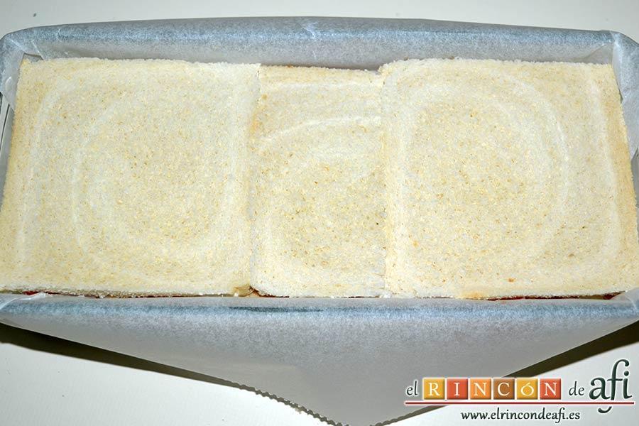 Croque cake de bonito, puré de papas y pimientos con aceitunas, poner una última capa de pan de molde