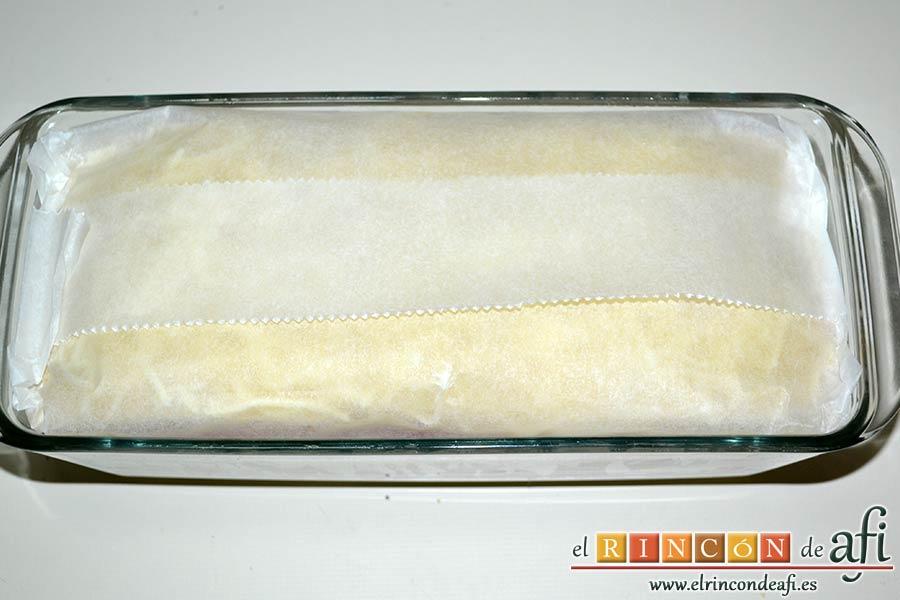 Croque cake de bonito, puré de papas y pimientos con aceitunas, tapar con papel de horno formando un paquetito y hornear