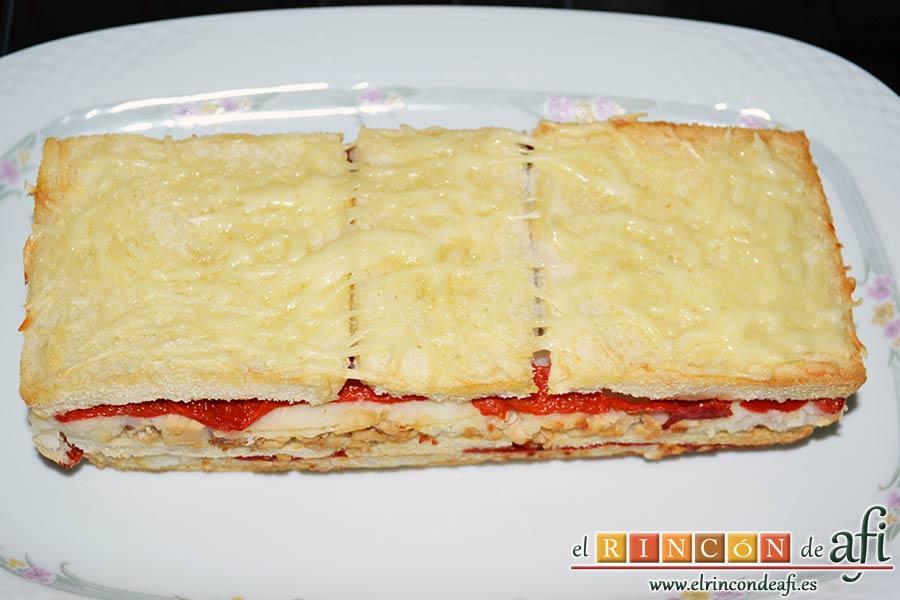 Croque cake de bonito, puré de papas y pimientos con aceitunas, desmoldar y dejar atemperar antes de servir