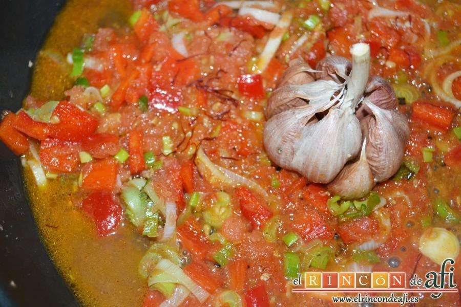 Arroz con secreto ibérico y verduras al horno, añadir las hebras de azafrán