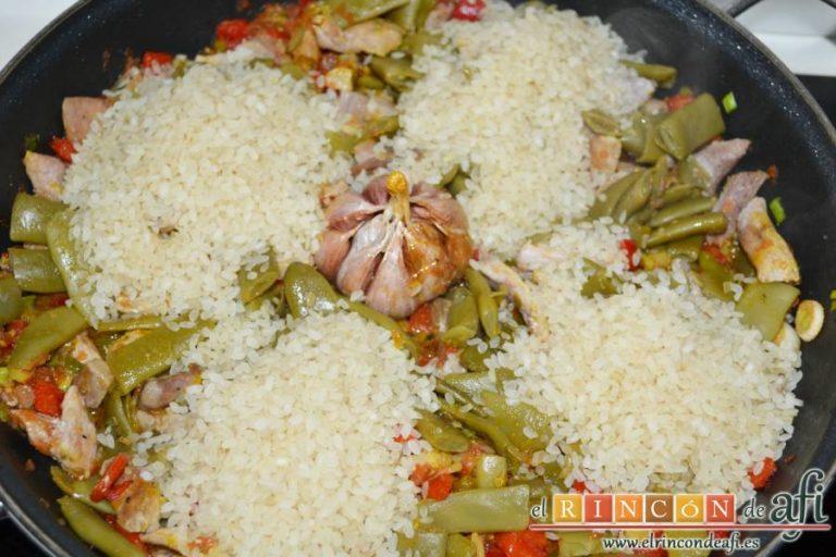 Arroz con secreto ibérico y verduras al horno, añadir el arroz