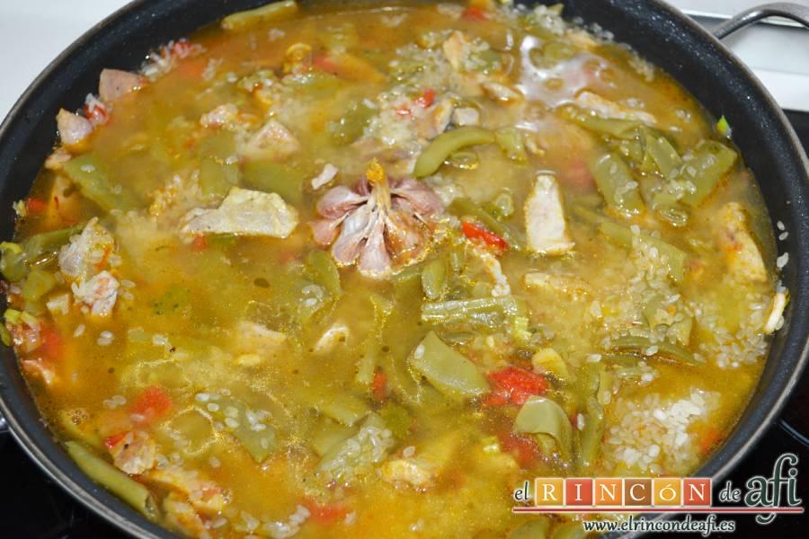 Arroz con secreto ibérico y verduras al horno, verter el caldo