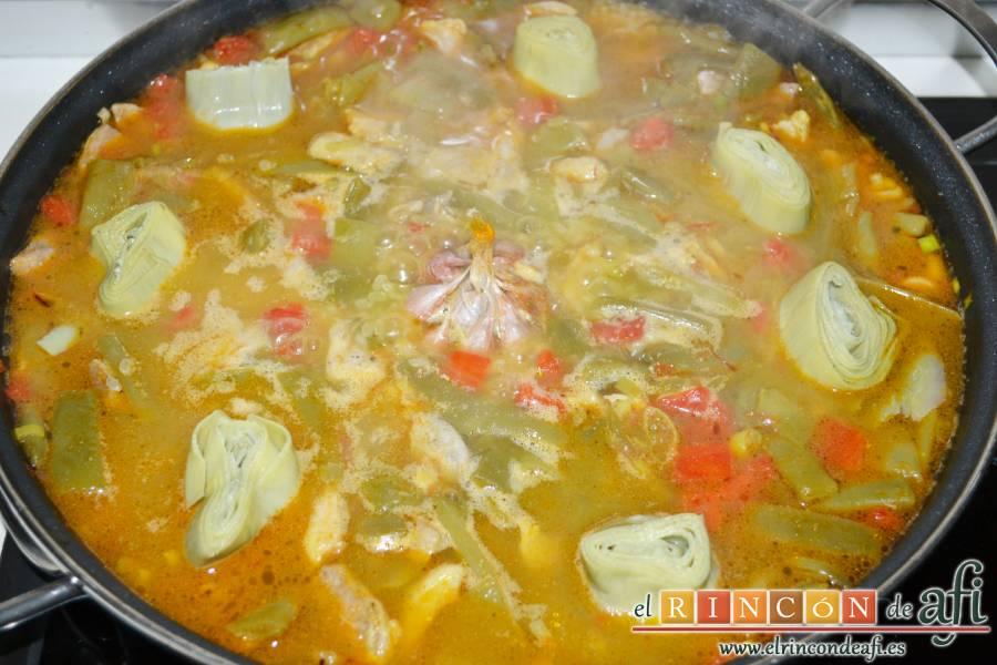 Arroz con secreto ibérico y verduras al horno, añadir los corazones de alcachofa