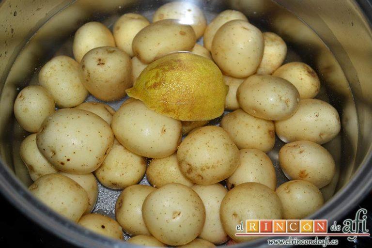 Chuletas de Sajonia al horno, poner a sancochar las papas con limón