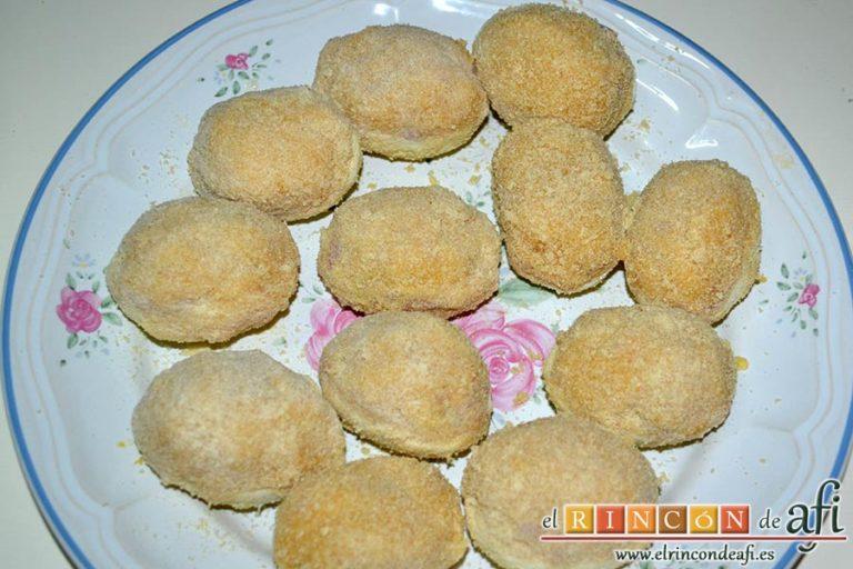 Huevos rebozados rellenos de jamón, reservarlos en un plato hasta el momento de freír