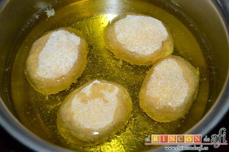 Huevos rebozados rellenos de jamón, freírlos en aceite de girasol en un cazo con el relleno para arriba