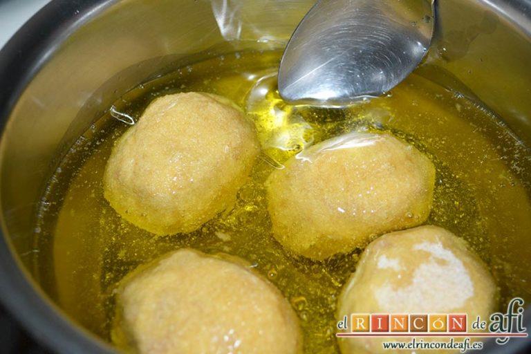 Huevos rebozados rellenos de jamón, freírlos por todas partes
