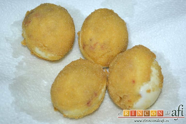 Huevos rebozados rellenos de jamón, ponerlos a escurrir en papel de cocina