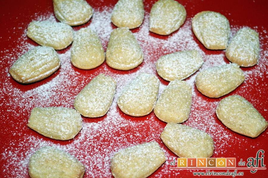 Madeleines, espolvorear con azúcar glass