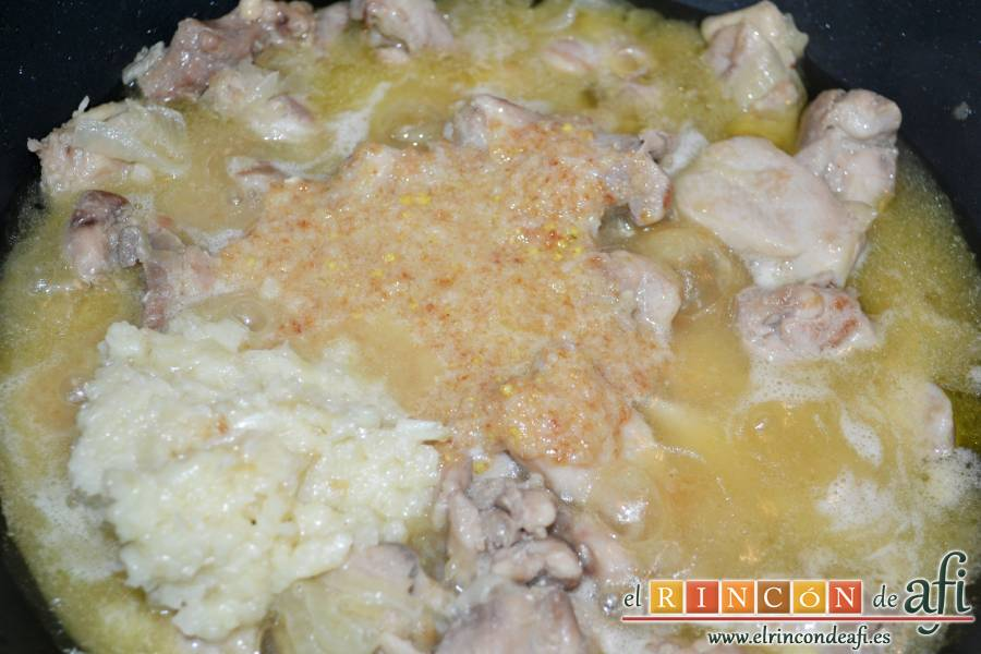Pollo a la gloria, añadirlo todo al caldero del pollo