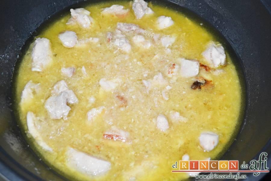 Pollo a la gloria, dejar cocinar hasta que se haga el pollo y reduzca la salsa