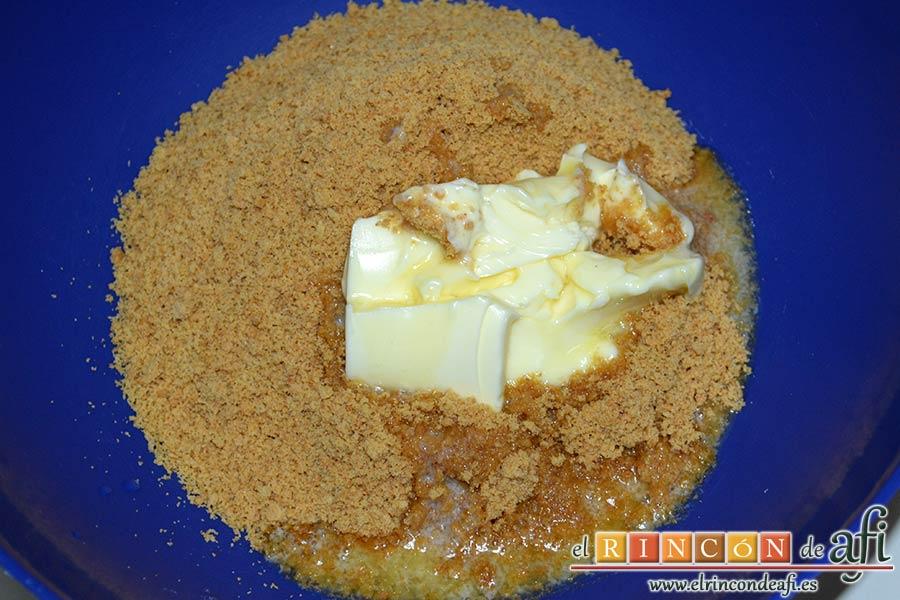 Tarta de queso y lima en barritas, verter mantequilla derretida