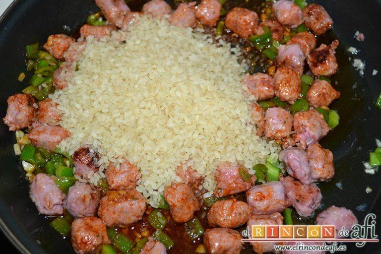 Arroz con longanizas, añadir el arroz