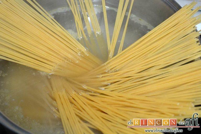Espaguetis carbonara, poner a hervir la pasta