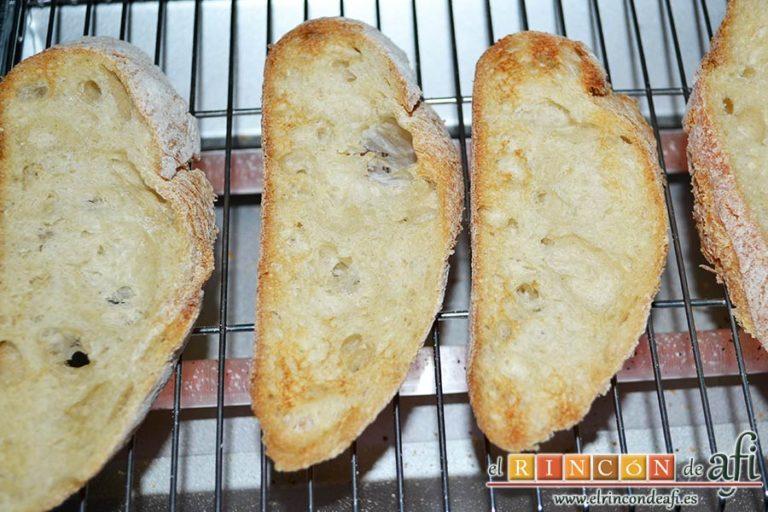 Huevos turcos, tostar el pan