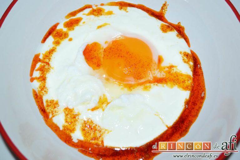 Huevos turcos, verter salsa encima del huevo y en los bordes