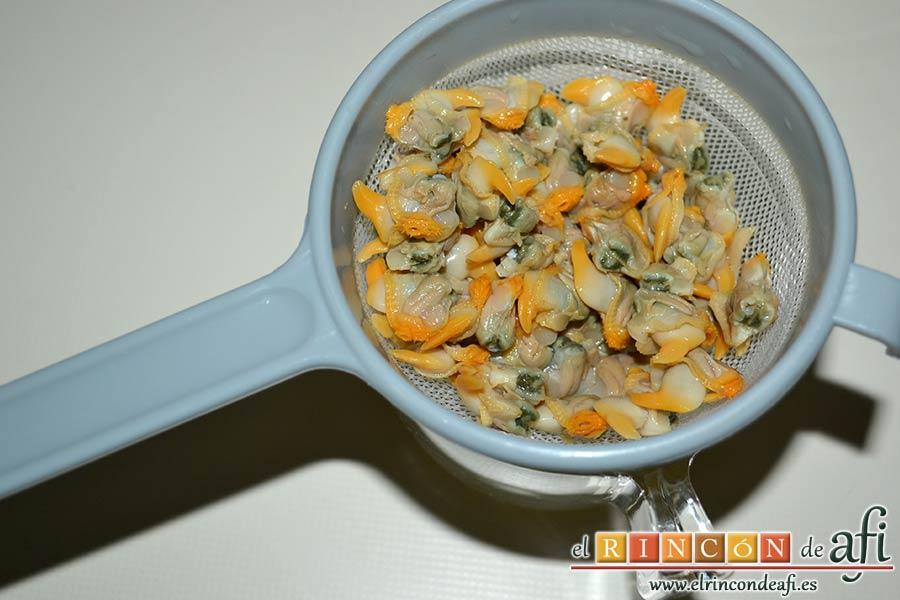 Papas fritas con berberechos de Agaete, escurrir los berberechos