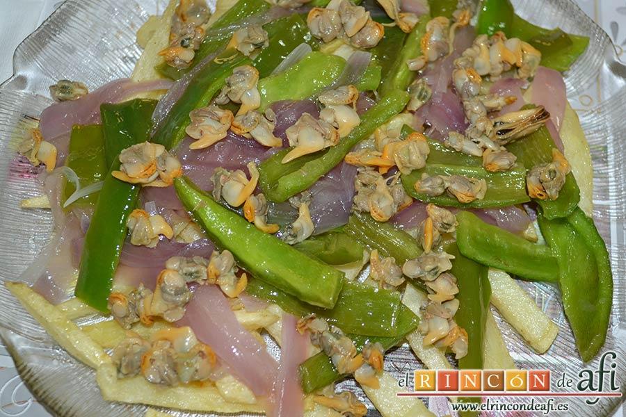 Papas fritas con berberechos de Agaete, colocarlos encima de la fritura