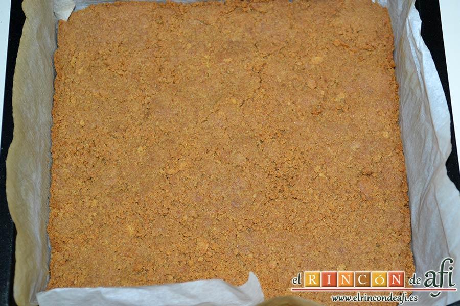 Pastelitos de crema de limón y merengue, verter en el molde y aplanar