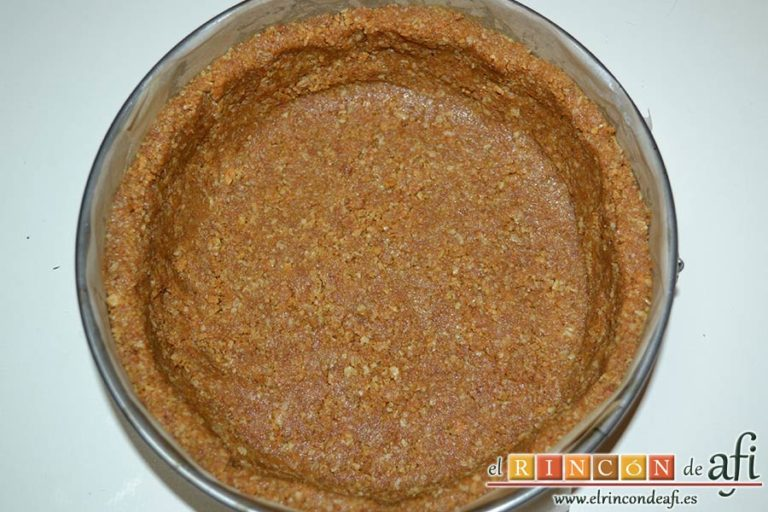 Tarta de Ricotta, mezclar y formar la base de la tarta en el molde
