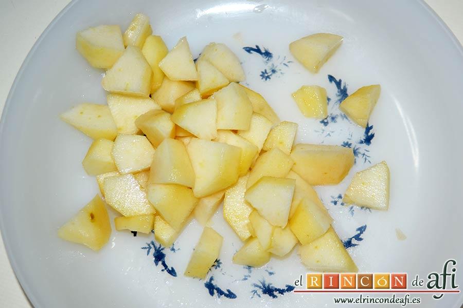 Cake de lacón, queso, pera y anacardos, pelar y trocear la pera