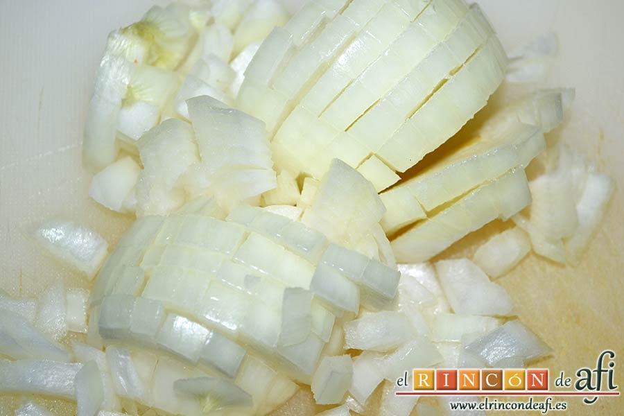 Carne estofada con verduras, picar la cebolla