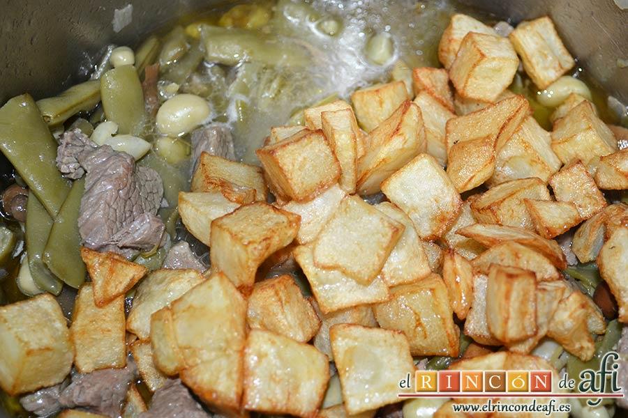 Carne estofada con verduras, añadir papas fritas en cuadraditos en el momento de servir