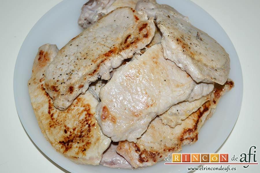 Chuletas de cerdo con salsa de mostaza antigua, salpimentar y reservar