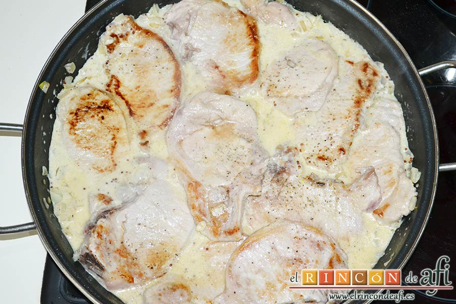 Chuletas de cerdo con salsa de mostaza antigua, agregar las chuletas